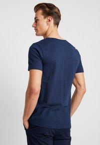 TOM TAILOR DENIM - WITH CONTRAST POCKET - T-shirt med print - agate stone blue - 2