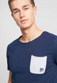 TOM TAILOR DENIM - WITH CONTRAST POCKET - T-shirt med print - agate stone blue - 4