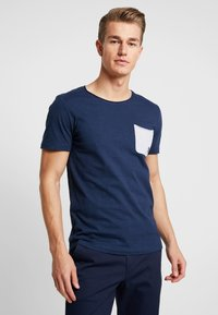 TOM TAILOR DENIM - WITH CONTRAST POCKET - T-shirt med print - agate stone blue - 0