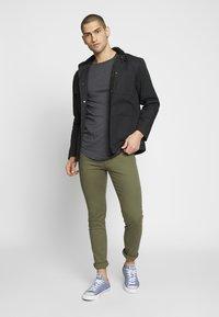 TOM TAILOR DENIM - LONG BASIC WITH LOGO - T-shirt basic - dark grey - 1