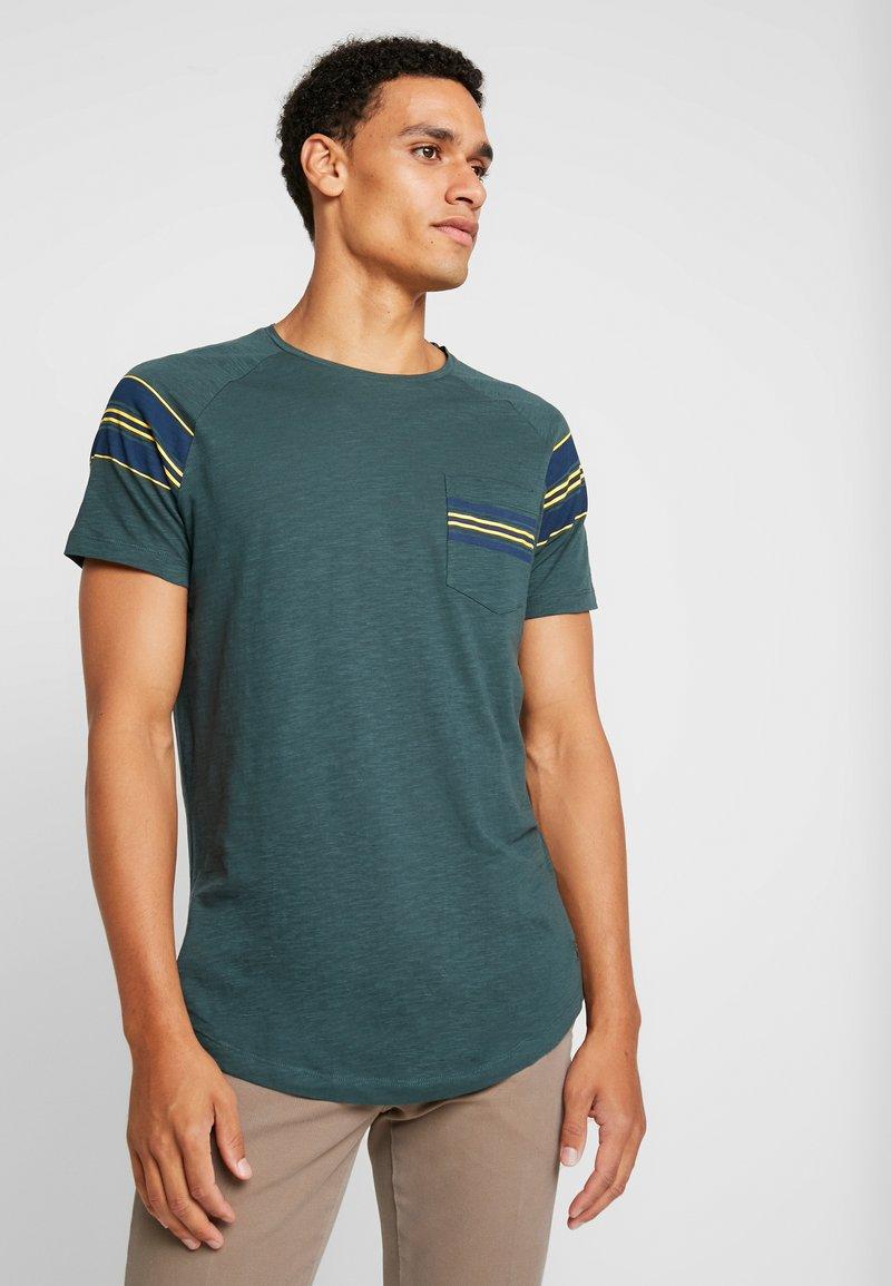 TOM TAILOR DENIM - RAGLAN POCKET - Camiseta estampada - dark gable green