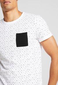 TOM TAILOR DENIM - ALLOVER - T-shirt print - white - 4