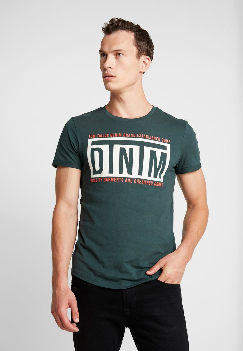 TOM TAILOR DENIM - W. TURNUP - T-shirt con stampa - dark gable green