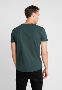 TOM TAILOR DENIM - W. TURNUP - T-shirt con stampa - dark gable green - 2