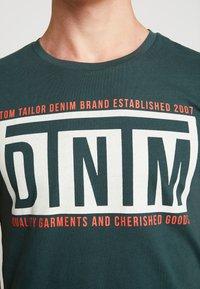 TOM TAILOR DENIM - W. TURNUP - T-shirt con stampa - dark gable green - 5