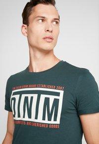 TOM TAILOR DENIM - W. TURNUP - T-shirt con stampa - dark gable green - 3