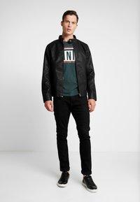 TOM TAILOR DENIM - W. TURNUP - T-shirt con stampa - dark gable green - 1
