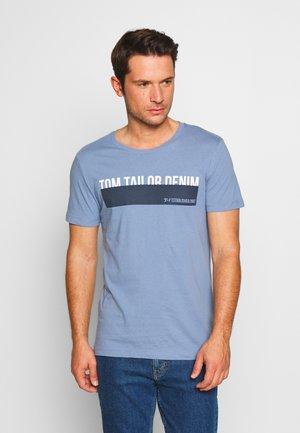 T-shirt z nadrukiem - english country blue