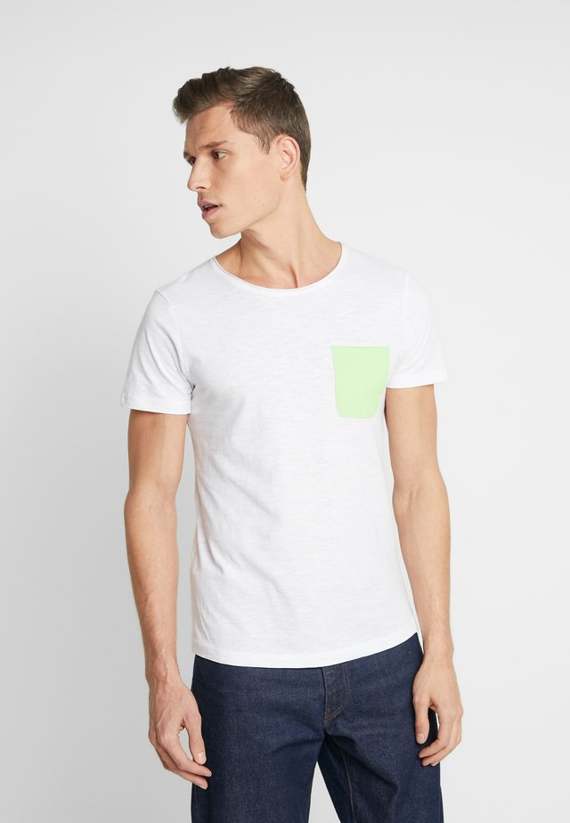 WITH CONTRAST POCKET - Print T-shirt - white