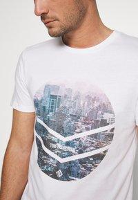 TOM TAILOR DENIM - WITH FOTOPRINT - T-shirt z nadrukiem - white - 5