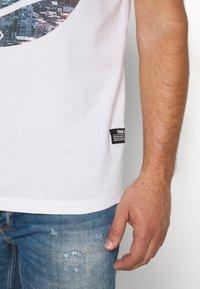 TOM TAILOR DENIM - WITH FOTOPRINT - T-shirt z nadrukiem - white - 3
