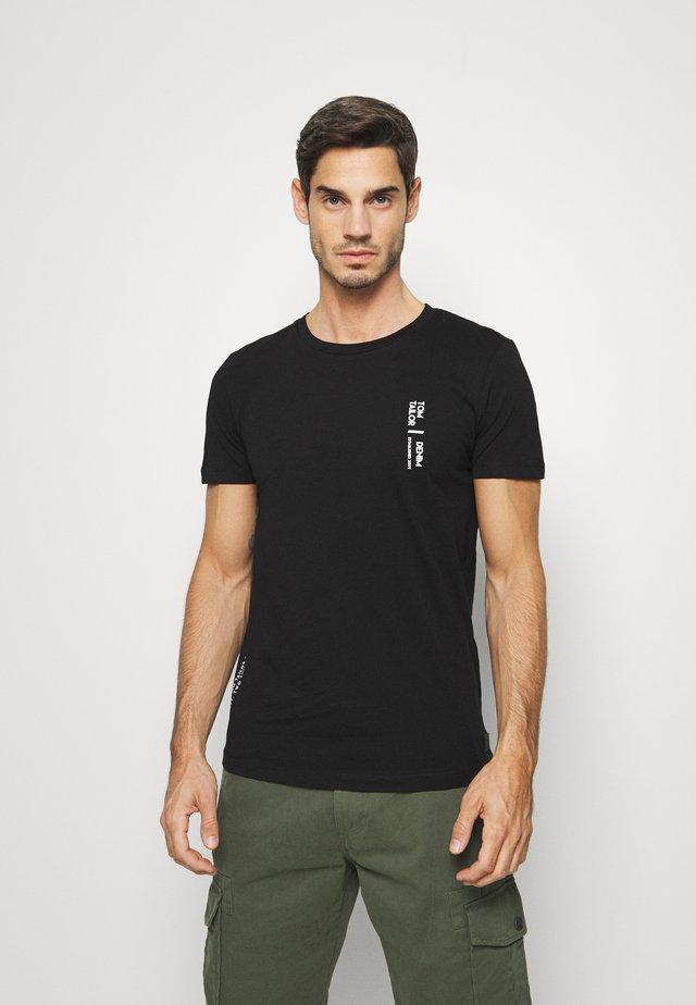 NEW PRINTPLACEMENT - T-shirt med print - black
