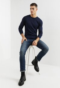 TOM TAILOR DENIM - CREW ROLLED EDGES - Stickad tröja - sky captain blue