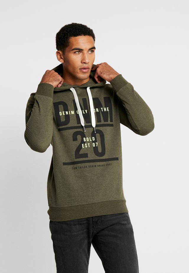 HOODY CHESTPRINT - Huppari - woodland green