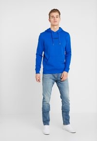 TOM TAILOR DENIM - HOODIE CHESTPRINT - Mikina s kapucí - bright king blue - 1