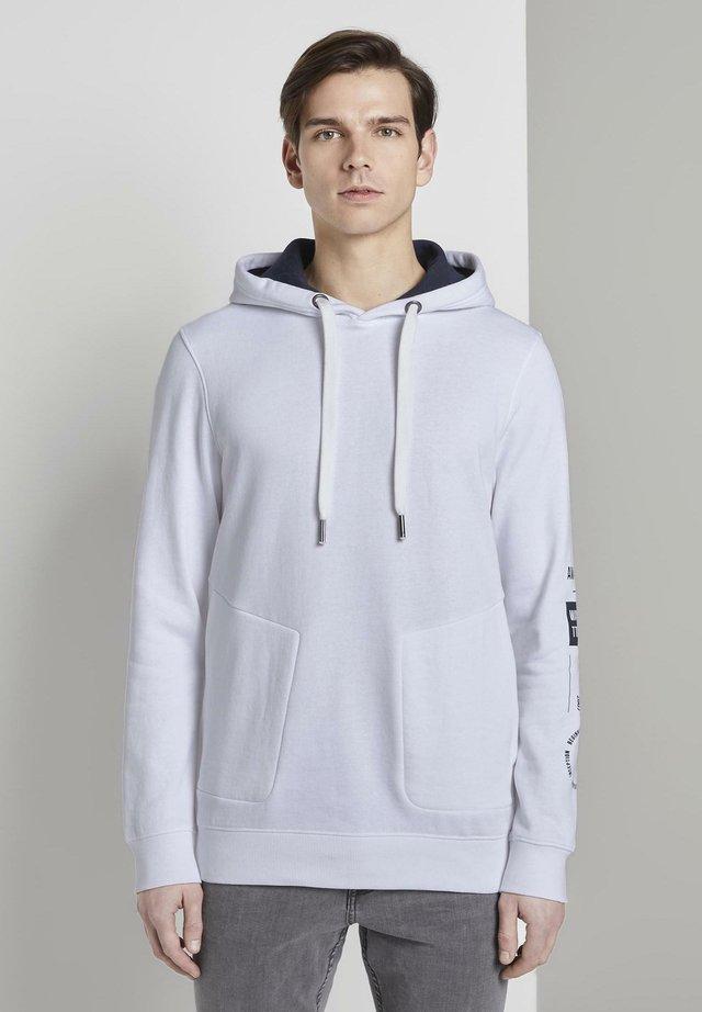 MIT PRINT AM ÄRMEL - Jersey con capucha - white