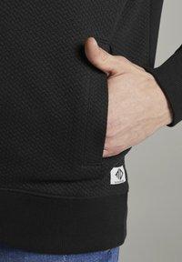 TOM TAILOR DENIM - STRICK & SWEATSHIRTS STRUKTURIERTE BOMBERJACKE - Vest - black - 4