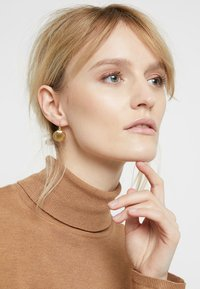 TomShot - Pendientes - gold-coloured