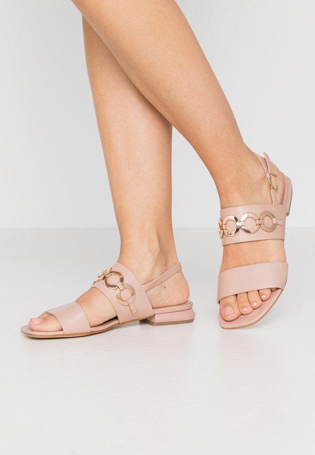 GRETA - Sandaalit nilkkaremmillä - cipria