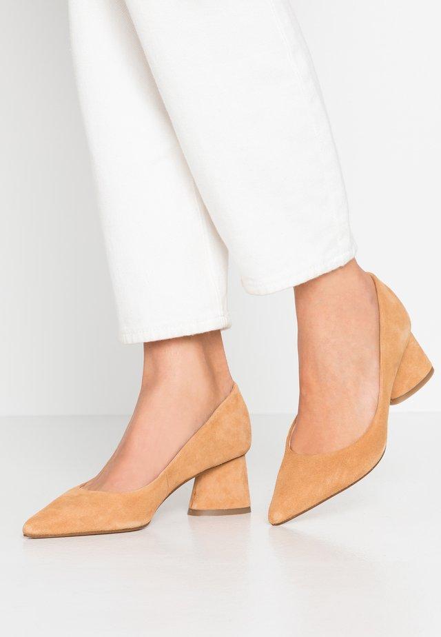 CAYMAN - Classic heels - cognac