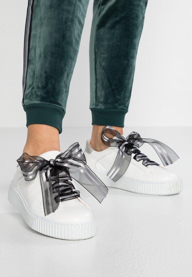 Tosca Blu - CAMILLE - Sneakersy niskie - bianco/nero