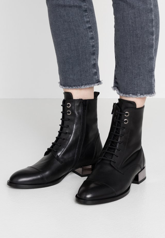 HOLLY - Schnürstiefelette - nero
