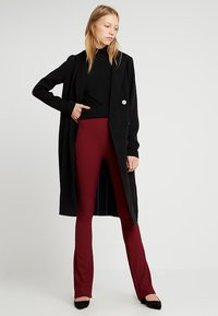 Topshop Tall - EXCLUSIVE SKINNY FLARE - Stoffhose - cabernet - 1