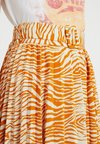 Topshop Tall - ZEBRA PLEAT - A-Linien-Rock - orange