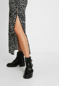 Topshop Tall - CRYSTAL PLEAT - Pleated skirt - mono - 3