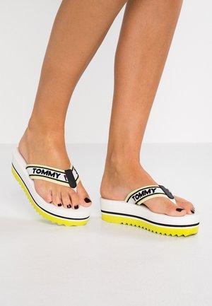 POP MID BEACH  - Sandály s odděleným palcem - white