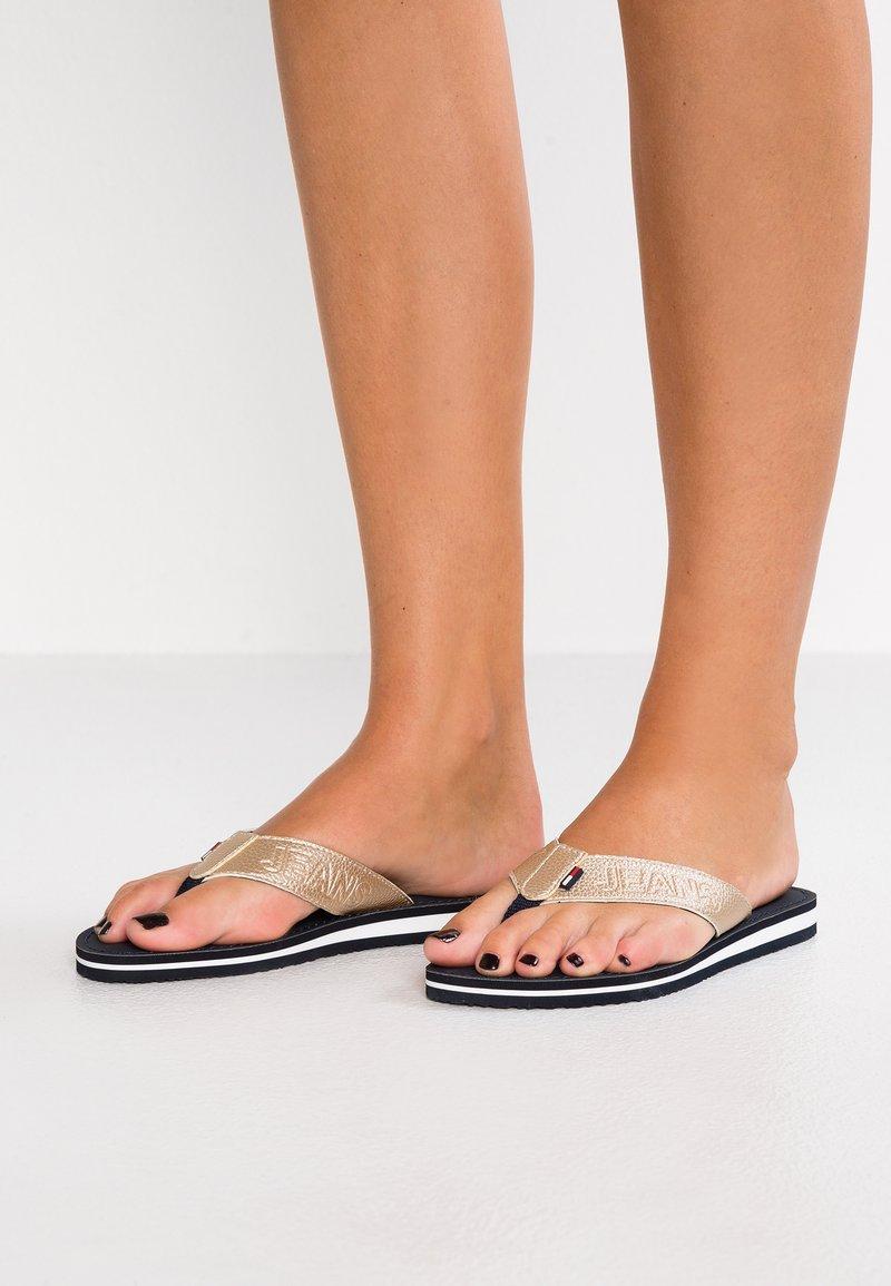 Tommy Jeans - SHINY METALLIC BEACH  - Sandaler m/ tåsplit - gold