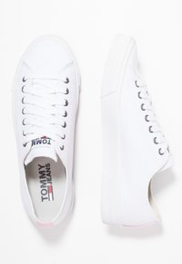Tommy Jeans - CLASSIC - Sneaker low - white - 3