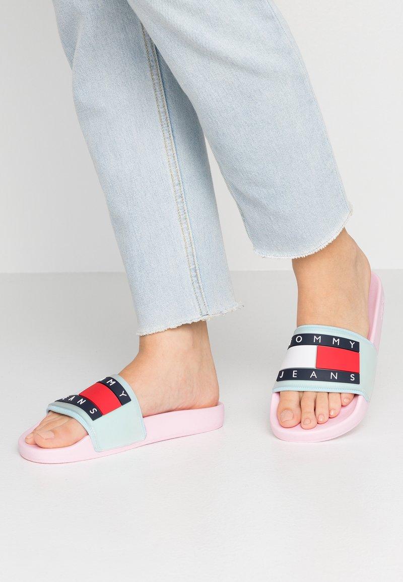 Tommy Jeans - TRANSLUCENT FLAG POOL SLIDE - Pantolette flach - pink