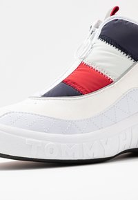 Tommy Jeans - HERITAGE PADDED NYLON SNEAKER - Trainers - red - 2