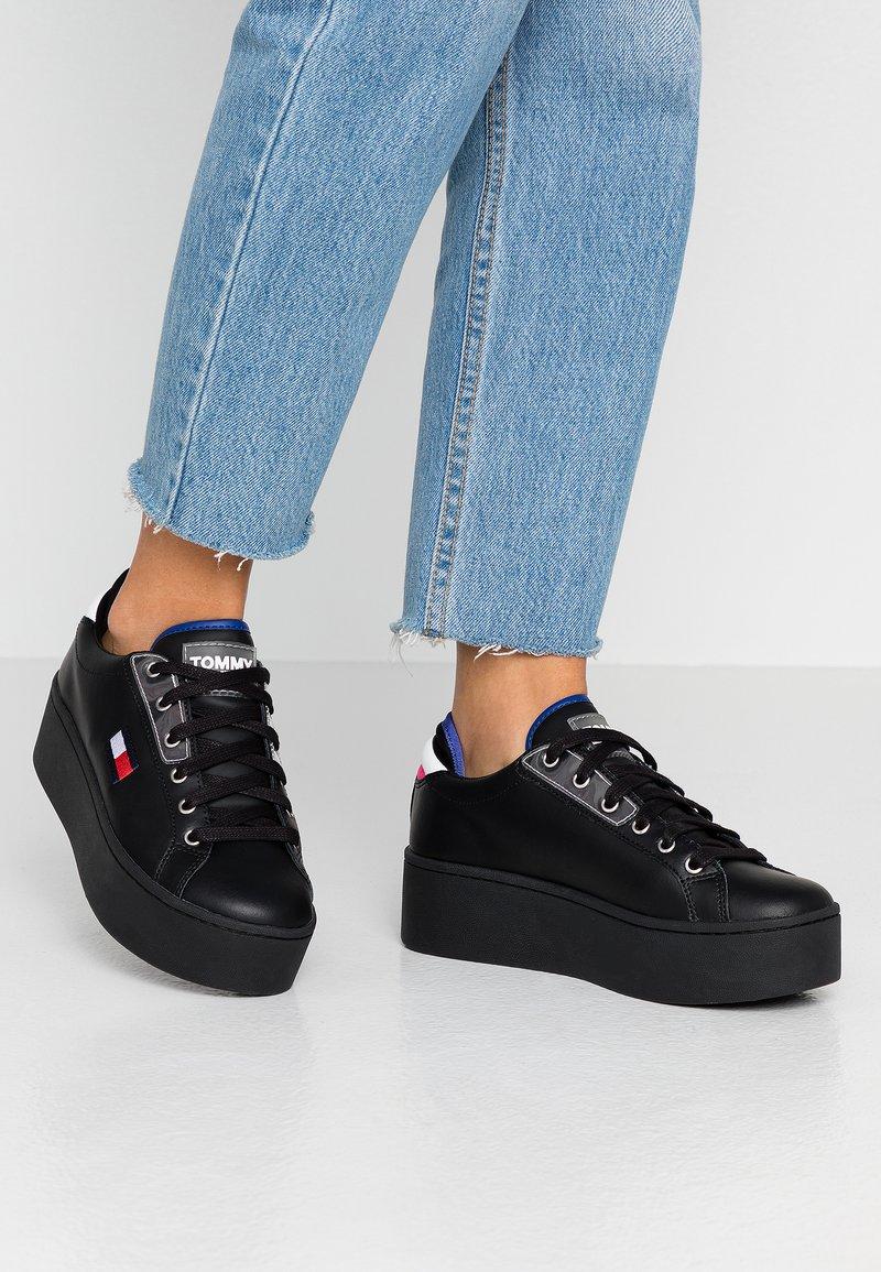 Tommy Jeans - FLATFORM TOMMY JEANS SNEAKER - Sneakers basse - black