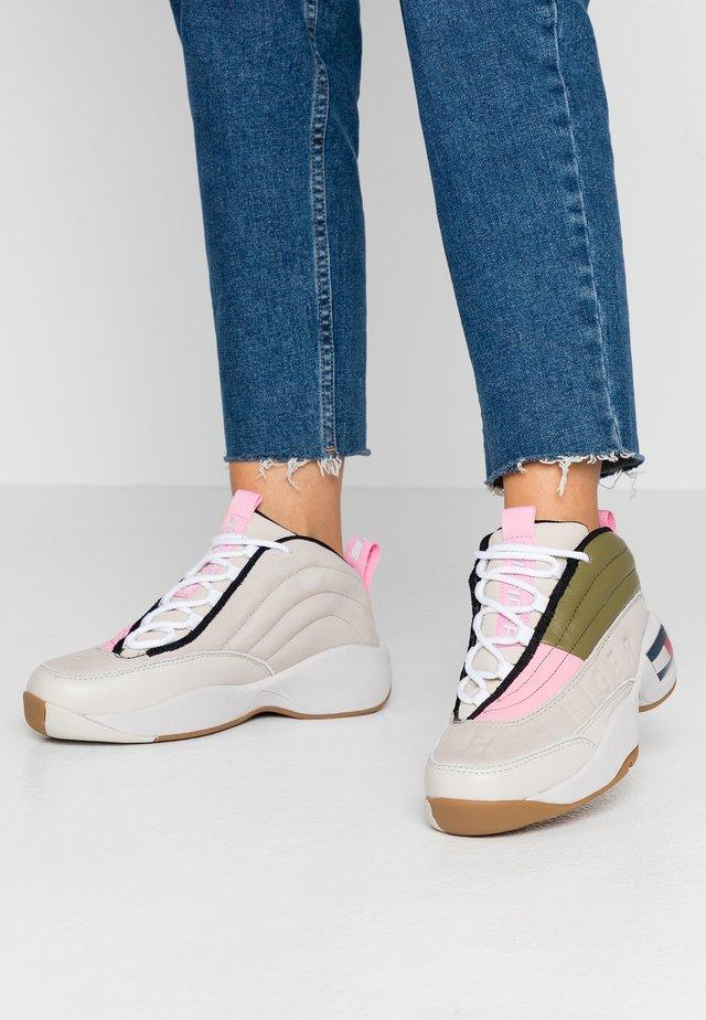 WMNS THE SKEW HERITAGE SNEAKER - Sneakers high - pumice stone