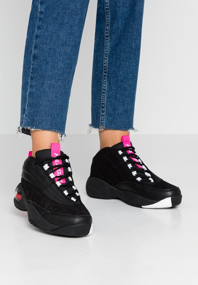 WMNS THE SKEW HERITAGE SNEAKER - Sneakersy wysokie - black