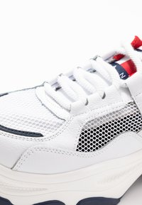 Tommy Jeans - RECYCLED FLATFORM SHOE - Sneakersy niskie - red/white/blue - 2