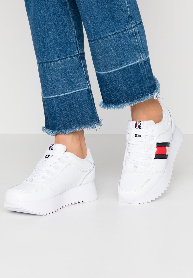 Tommy Jeans - HIGH CLEATED FLAG SNEAKER - Tenisky - white