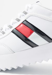 Tommy Jeans - HIGH CLEATED FLAG SNEAKER - Tenisky - white - 2