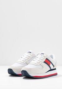 Tommy Jeans - FLATFORM RUNNER COLOUR SNEAKER - Baskets basses - red/white/blue - 4