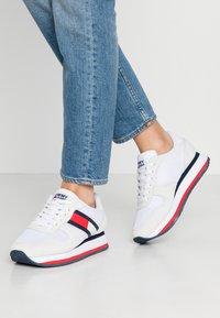 Tommy Jeans - FLATFORM RUNNER COLOUR SNEAKER - Baskets basses - red/white/blue - 0