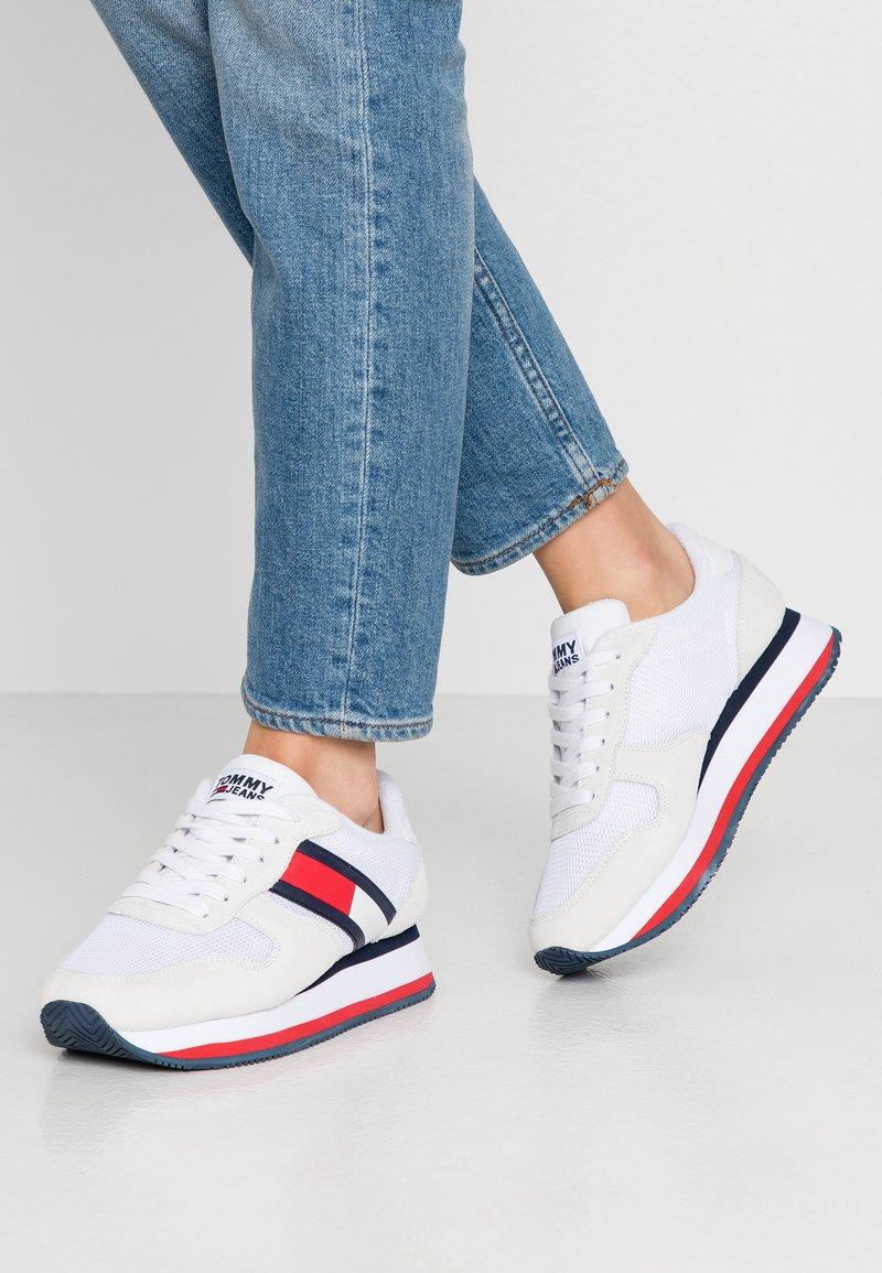 Tommy Jeans - FLATFORM RUNNER COLOUR SNEAKER - Baskets basses - red/white/blue