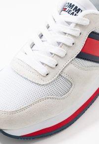 Tommy Jeans - FLATFORM RUNNER COLOUR SNEAKER - Baskets basses - red/white/blue - 2