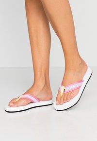 Tommy Jeans - RECYCLED BEACH SANDAL - Sandály s odděleným palcem - white - 0
