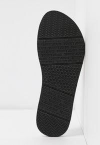 Tommy Jeans - RECYCLED BEACH SANDAL - Sandály s odděleným palcem - white - 6