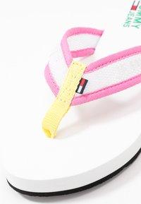 Tommy Jeans - RECYCLED BEACH SANDAL - Sandály s odděleným palcem - white - 2