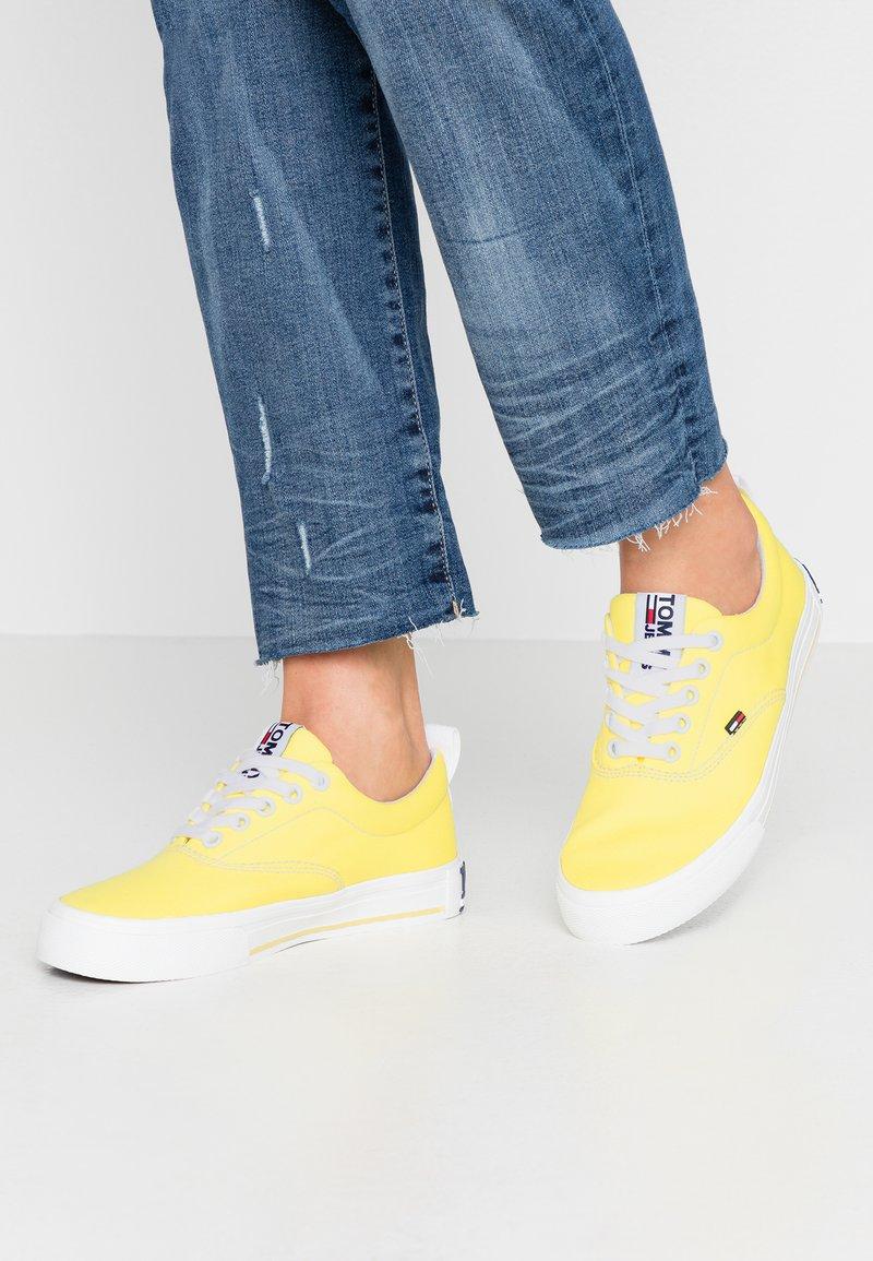 Tommy Jeans - LOWCUT ESSENTIAL - Tenisky - frozen lemon