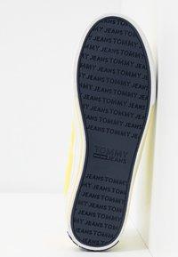 Tommy Jeans - LOWCUT ESSENTIAL - Tenisky - frozen lemon - 6