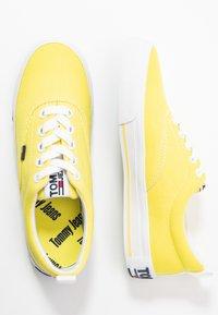 Tommy Jeans - LOWCUT ESSENTIAL - Tenisky - frozen lemon - 3